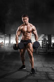 Atlety bodybuilder mięśniowy mężczyzna demonstruje jego mięśnie w Zdjęcia Stock