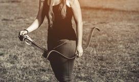 Atlety celowanie przy celem i krótkopędami strzała Fotografia Stock