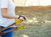 Atlety celowanie przy celem i krótkopędami strzała Zdjęcia Royalty Free