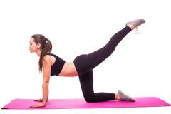 Atlety dziewczyna robi deski ćwiczeniu na białym tle Zdjęcia Stock
