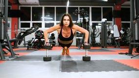 Atlety dziewczyna w sportswear pracującym out i trenujący ona ręki i ramiona w gym zbiory wideo