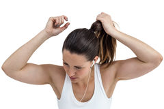 Atlety kobieta wiąże jej słuchanie i włosy muzyka obraz royalty free
