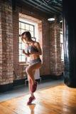 Atlety kobiety bieg na punkcie w jaskrawym gym zdjęcie stock