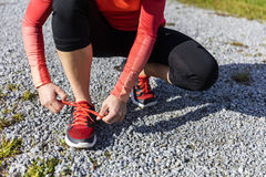 Atlety kobiety narządzanie dla outdoors szkolenia tiying jej but Obrazy Royalty Free