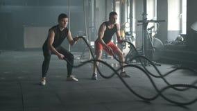 Atlety opracowywa z batalistycznymi arkanami przy gym 4k zwolnione tempo zbiory