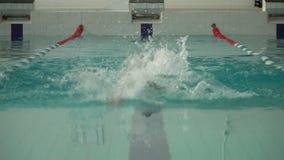 Atlety pływaczka pływa w basenu zwolnionego tempa frontowym widoku zdjęcie wideo