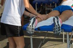 Atlety ` s mięśni masaż po sporta treningu obraz stock