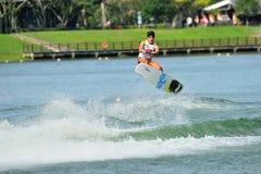 Atlety spełniania wyczyn kaskaderski podczas rip curl Singapur Krajowego Inter uniwerku 2014 & Politechnicznego Wakeboard mistrzo Fotografia Royalty Free