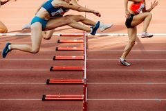 Atletyka kobiety 100 metres przeszkod obrazy royalty free