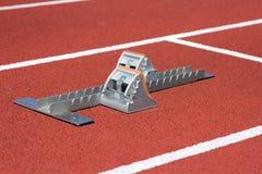 Atletyka zaczyna bloki na biegowym śladzie Fotografia Royalty Free