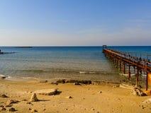 Atlit海岸与老甲板,以色列的北部区的早晨视图 免版税库存图片