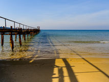 Atlit海岸与老甲板,以色列的北部区的早晨视图 库存照片