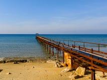Atlit海岸与老甲板,以色列的北部区的早晨视图 免版税库存照片