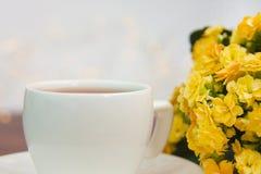 Atmósfera acogedora de la primavera con la taza del café o de té imágenes de archivo libres de regalías