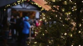 Atmósfera activa en el festival de la Navidad, mucha gente que disfruta de celebraciones almacen de video