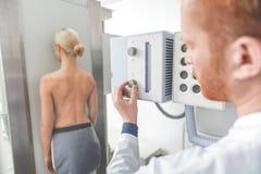 Atmósfera de funcionamiento en clínica moderna imágenes de archivo libres de regalías