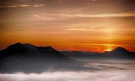 Atmósfera de la mañana con niebla imagen de archivo libre de regalías