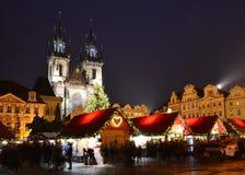 Atmósfera de la Navidad en la vieja plaza en Praga Imagen de archivo