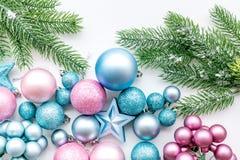 Atmósfera del Año Nuevo y de la Navidad Adorne el árbol de navidad festivo Decoración del árbol de navidad Bolas azules y rosadas foto de archivo