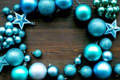Atmósfera del Año Nuevo y de la Navidad Adorne el árbol de navidad festivo Decoración del árbol de navidad Bolas y estrellas colo imagen de archivo