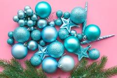Atmósfera del Año Nuevo y de la Navidad Adorne el árbol de navidad festivo Decoración del árbol de navidad Bolas y estrellas colo foto de archivo libre de regalías