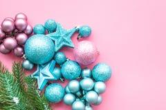 Atmósfera del Año Nuevo y de la Navidad Adorne el árbol de navidad festivo Decoración del árbol de navidad Bolas y estrellas colo fotografía de archivo libre de regalías