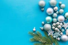 Atmósfera del Año Nuevo y de la Navidad Adorne el árbol de navidad festivo Decoración del árbol de navidad Bolas y estrellas colo imágenes de archivo libres de regalías