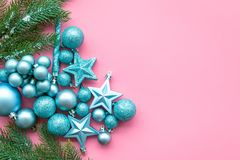 Atmósfera del Año Nuevo y de la Navidad Adorne el árbol de navidad festivo Decoración del árbol de navidad Bolas y estrellas colo imagen de archivo libre de regalías