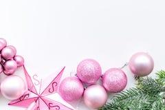 Atmósfera del Año Nuevo y de la Navidad Adorne el árbol de navidad festivo Decoración del árbol de navidad Bolas y ne rosados de  fotografía de archivo libre de regalías