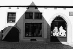 Atmósfera gótica: una proyección aguda de la sombra de una casa gótica y una silueta del hombre les gusta una bruja a partir del  foto de archivo