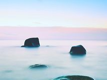 Atmósfera hermosa sobre el mar liso Cielo melancólico nublado, ningunas ondas Paisaje marino magnífico Imagen de archivo libre de regalías
