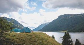 Atmósfera que acampa salvaje en un lago en el medio de los Pirineos en Francia imagenes de archivo