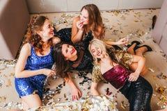 Atmósfera relajada de la celebración del partido de las muchachas foto de archivo libre de regalías
