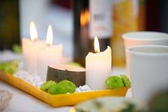 Atmósfera romántica con la vela Foto de archivo libre de regalías