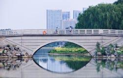 Atmósfera serena en el parque en el crepúsculo, Pekín, China de Niantan foto de archivo libre de regalías