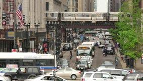 Atmósfera urbana en las calles de Chicago céntricas almacen de video