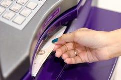 从ATM的金钱。 库存图片