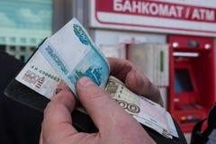 ATM στη Λευκορωσία στο Βιτσέμπσκ Ανταλλαγή του νομίσματος ρούβλια ρωσικά στοκ εικόνες