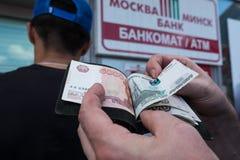 ATM στη Λευκορωσία στο Βιτσέμπσκ Ανταλλαγή του νομίσματος ρούβλια ρωσικά στοκ φωτογραφίες
