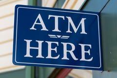 ATM здесь подписывают Стоковые Изображения