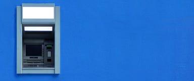 ATM или ABM или машина Cashpoint Byilt-в голубой стене Стоковая Фотография