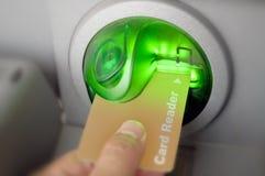 ATM, das eine Karte einsteckt. Stockfotos