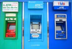 ATM-Einheiten durch verschiedene thailändische Banken Lizenzfreies Stockfoto