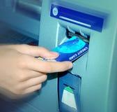 ATM. Einstecken einer Karte. Stockfoto