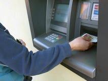 ATM - Empfangen des Geldes Stockfoto