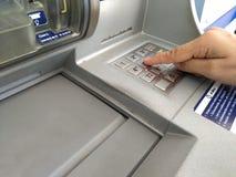 ATM für nehmen Ihr Geld zurück Lizenzfreie Stockbilder