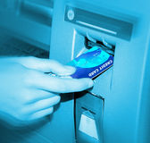 ATM. Introduzindo um cartão. Fotografia de Stock Royalty Free