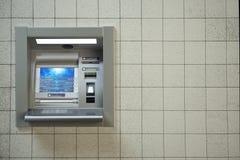 ATM-machine Geautomatiseerde het contante geldmachine van de tellerbank op concrete muur Stock Foto's