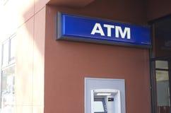 ATM med tecknet Royaltyfri Foto