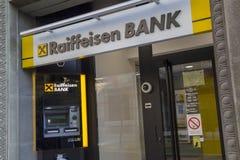 ATM och filial av den Raiffeisen banken Arkivbilder